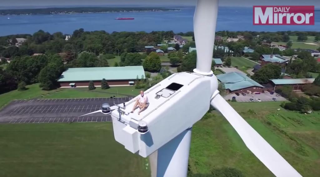 【ドローン】地上60メートル、風力発電機の上で昼寝をするジンルイをドローン氏が発見。