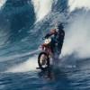 【衝撃映像】バイクは道を走るもの?ははん、かかったな!バイクでサーフィンする時代なんだぜ!!