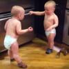 オトナってバカじゃねwww、会話なんて「タタタっ!」で充分・・・言語を超越した双子の赤ちゃんがたっのしぃ〜