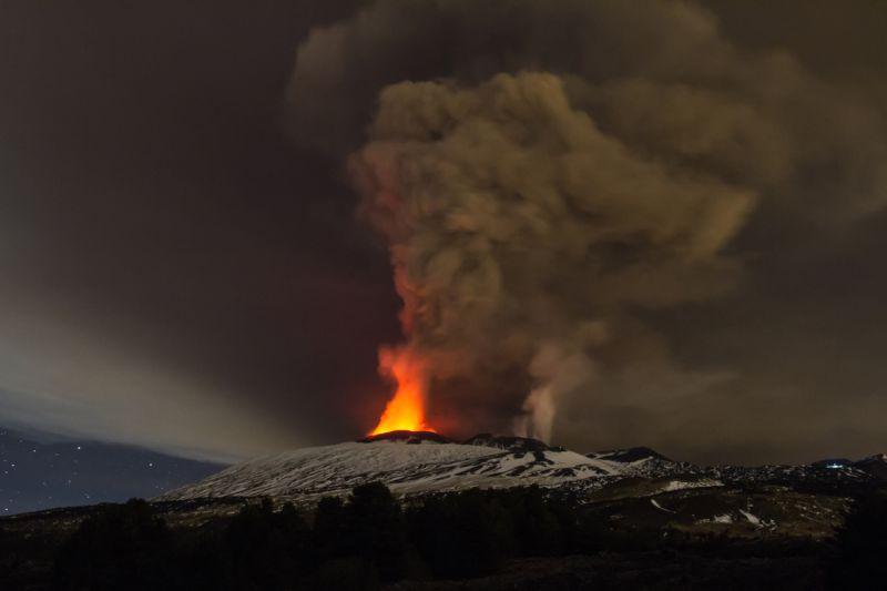 """2015年12月4日、イタリア・シチリア島の """"エトナ山"""" でここ20年間で最大規模といわれる火山噴火が起こった width="""