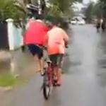 衝撃っ!!・・・なにこれwww、子供たちが新しい自転車の2人乗りを発明する。