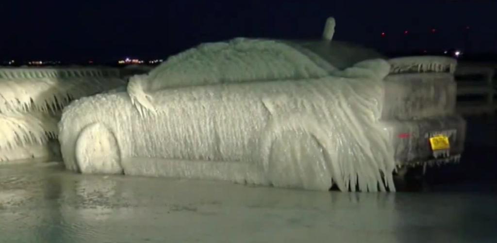 車氏「あっあっっ、ちょ、ヤバっ、さむいンゴっ。」・・・車氏、氷のオブジェになる(アメリカ)