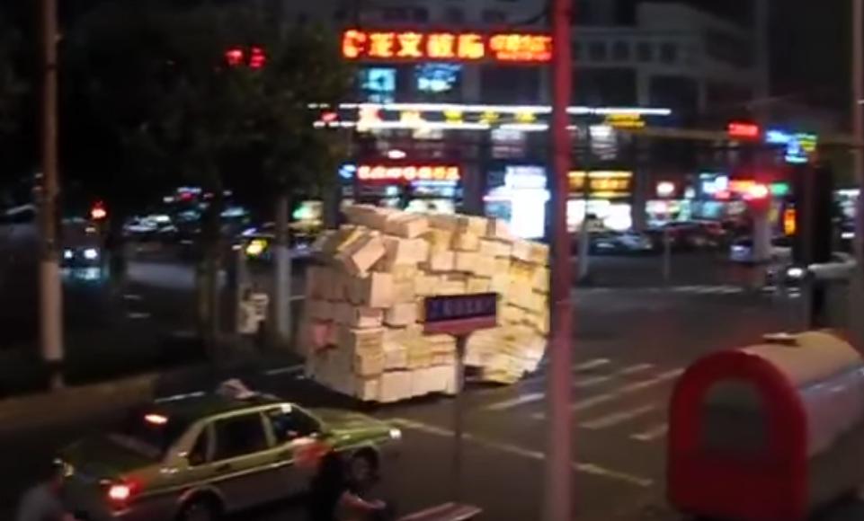 何コイツ動くぞ!・・・もはや「動く得体の知れない物体X」、中国名物「過積載の鬼」