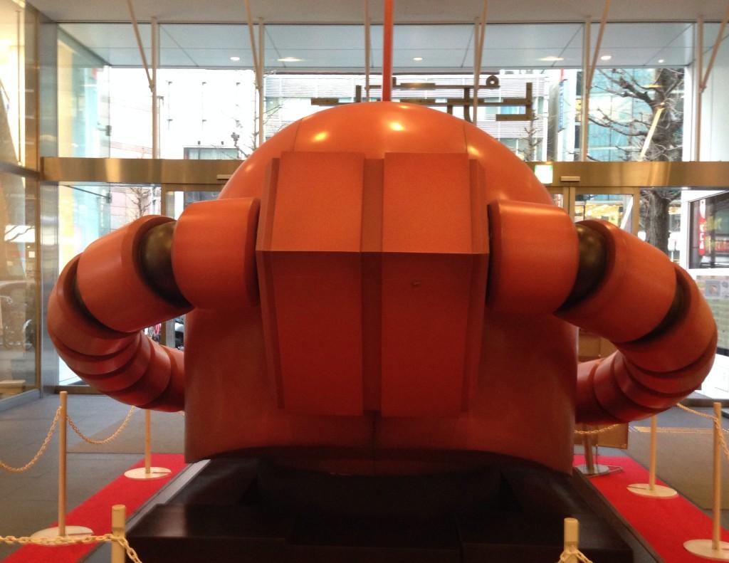 【新宿ピカデリー】シャア専用ザクの巨大なアタマが転がっていた
