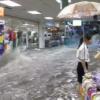 一方、中国ではショッピングモールに川が流れているのであった。