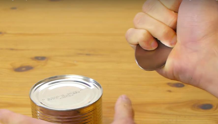 スプーンであける缶詰め