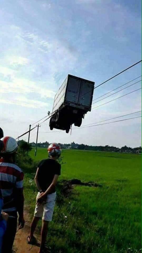 トラック 事故 電線