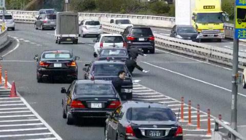 その他 安倍総理の車列が高速に入る時の動画